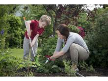 Hagearbeid sammen med de minste