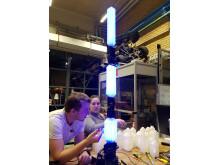 Här jobbar KTH-studenterna med ARTuid, en bläckfiskliknande robot som kan prata med IBM:s AI-späckade superdator Watson.