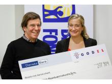 Johan Björkman från Barncancerfonden tar emot check från GodEls Facebook-kampanj #vemfårmiljonen