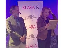 Annie Lööf mottar Pingvinpriset på Klara K-dagen i Uppsala