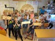 Eleverna har tillverkat egna trädgårdsskyltar i trä. Bild: Berit Åblad