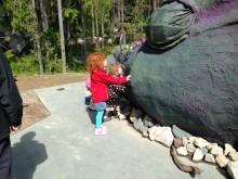 Sagoparken Trolska Skogen - Barn klappar draken och kollar om han är riktig