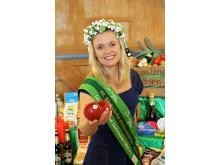 Die 20. Sächsische Blütenkönigin Janett Schnabel präsentiert Äpfel vom Obstland Dürrweitzschen