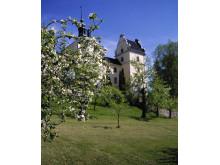Tyresö slott från parken äppelblom, foto Peter Segemark, Nordiska museet