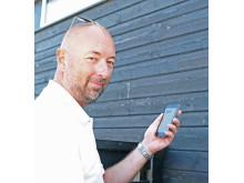 Anders Kallin, fiberansvarig på Höganäs Energi, kontrollerar dagens badtemperatur vid Kvickbadet.