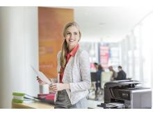 Kvinne ved HP skriver i kontormiljø
