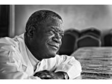 Mukwege porträtt svartvitt