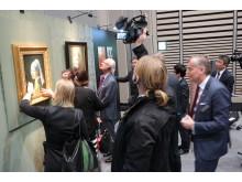 HM Konungen på besök på Canon Inc. i Japan kikar på utskrifter gjorda på nästa generations storformatskrivare som återger bla höjd och glans