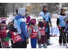 Alla barn har rätt aktiverar barn på snö