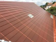 Nærbilde terrakotta farget solcelletak