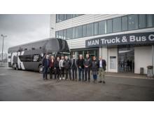 Overlevering: Ledende medarbejdere samt supportstaben omkring FCK's Superligahold, omkranset af MAN repræsentanter, tog glade og stolte imod den spritnye Neoplan spillerbus