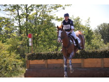 Pia Münker leder fälttävlan för unga ryttare på hästen Louis M