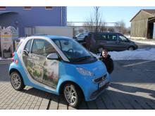 """Mit dem """"50 Jahre Jugend forscht E-Smart"""" trifft das Patenunternehmen Bayernwerk ehemalige bayerische Preisträger und lässt diese das Elektroauto signieren."""