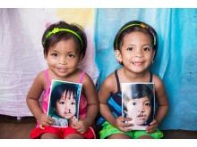 Tvillingsystrar på Filippinerna som numer ler i kapp