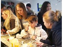 Love Svensson smakar honung med personalen på Fotografiskas restaurang.