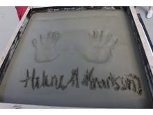 Helene Hellmark Knutsson (S) förevigade sina händer i betong som sedan byggs in i fastigheten.
