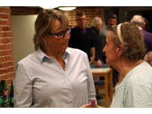 Aktivitetsmedarbejder på Lokalcenter Bøgeskovhus Helle Brændstrup i dialog med beboer