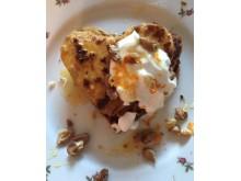 Alla-hjärtansgoda plättar med morot och havre, här toppade med kvarg, apelsinzest, honung och valnötter.