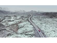 Santa Marias röda foodtruck åker genom isländskt landskap