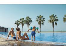 Familie ved poolen i Dubai