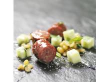 Kryddig lammkorv med stomp på gula ärter, gurka med mynta, lime och olivolja