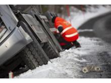 Jo Roger Bengsli kigger nærmere på en forulykket lastbil