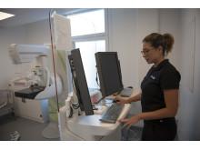 Fujifilms medicinska serviceingenjör Laura Jaramillo vid mammografistation.
