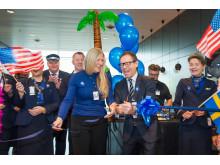 Lena Rökaas, vice flygplatschef, och Anders Wahlström, försäljningschef SAS Sverige, klipper band