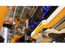 Robotokkal barátkoznak az autógyári munkások: a Ford által bevezetett Industry 4.0 automatizálási rendszerben ember és gép kéz a kézben dolgozik
