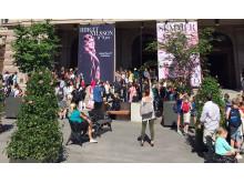 Ljudbänken c/o KMH, ett konstprojekt ljudsatt av KMH-studenter, på Gustav Adolfs torg i Stockholm från 1 juni 2018.