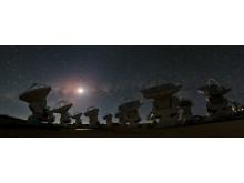 Nattbild av superteleskopet Alma