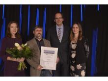 Das Theater der Jungen Welt erhielt den zweiten Platz in der Kategorie Unternehmen. Der geschäftsführende Dramaturg Jörn Kalbitz (2.v.l.) nimmt den Preis entgegen.