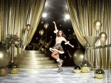 Sarah Lombardi taucht ein in die Welt von HOLIDAY ON ICE und zelebriert in SHOWTIME die Erfolgsgeschichte der weltbekannten Eisshow. Beim Shooting trug sie zum ersten Mal ihr eigens für die Show angefertigtes Kostüm von Designer Stefano Canulli.