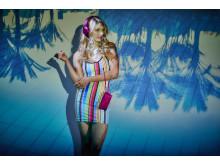Sony h.ear on w kolorze ciemnoróżowym i etui na okulary przeciwsłoneczne