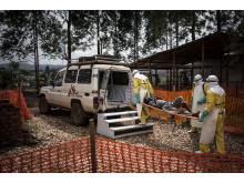 Teamet på ebolacentret i Butembo, Kongo-Kinshasa, bär ett patient som visat sig inte ha ebola till ambulansen.