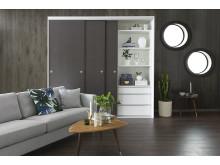 MIrro, skjutdörren Solid med yta av brun textil och vit inredning, vardagsrum.