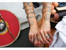 Hænder med vikingetatoveringer til Nationalmuseets vikingemarked