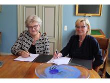 Riksbibliotekarie Gunilla Herdenberg och Åbo Akademis förvaltningsdirektör Ulla Achrén.