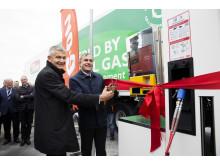 Borgmester i Høje-Taastrup, Michael Ziegler og driftsdirektør i E.ON Danmark, Henrik Rasmussen indvier biogas-tanken ved Høje-Taastrup Transportcenter