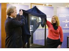 Suomen Monetan maajohtaja Janne Häkkinen ja USA:n kansallismuseon kuraattori Karen Lee paljastivat Double Eaglen