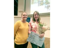 Årets miljöpristagare till höger, Katarina Ahlgren tillsammans med regionrådet Catrin Steen.