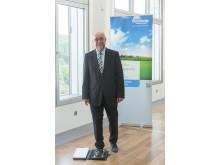 Barmenia-Vorstandsmitglied Martin Risse setzt den 241. Schritt bei der KlimaExpo.NRW