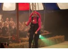 Hjalmar jonglerar på enhjuling.