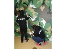 SWAT-ungdomar målar en gemensamhetslokal på Termovägen i Kallhäll.