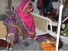 Mor vakar över sjuk son i Sindh-provinsen