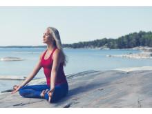 SOC x Josefines yoga. Röd topp och blå underdel. Foto Stadium