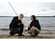 Johanna Weglin-Nilsson, processingenjör på Sandviken Energi som här tar vattenprover i Öjaren tillsammans med kollegan Petter Engberg