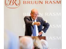 Jesper Bruun Rasmussen på podiet under en traditionel auktion i Bredgade.