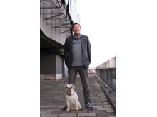 Marcus Majewski med hunden Thelma