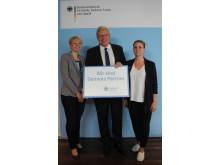Staatssekretär Dr. Ralf Kleindieck mit den Projektmitarbeiterinnen Saskia Weiß(links) und Anna Gausmann